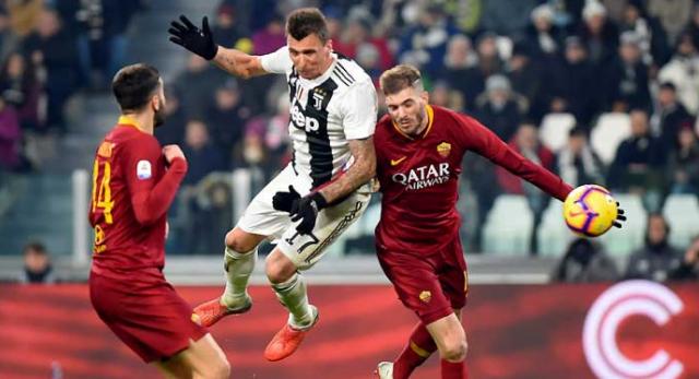 Dikawal dua pemain AS Roma, Mario Mandzukic masih mampu menyundul bola dan berbuah gol.
