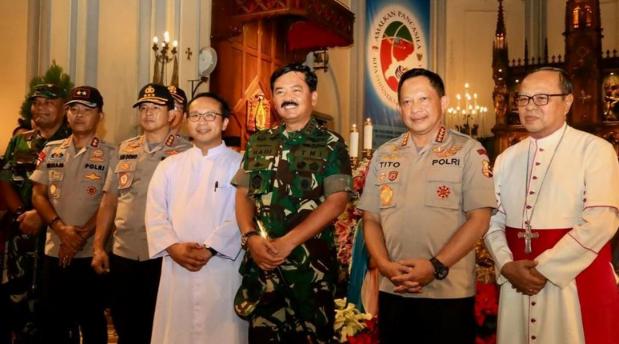 Kapolri dan Panglima TNI di Gereja Katedral (Foto: Dok. Humas Polri).