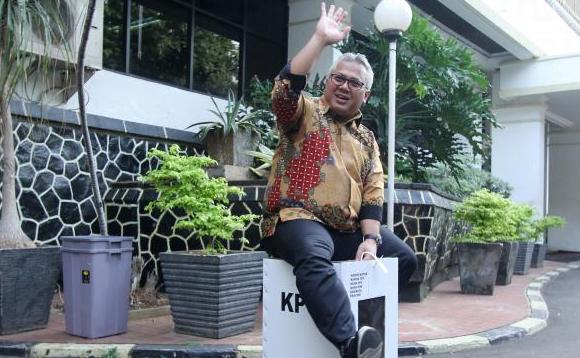 Ketua Komisi Pemilihan Umum (KPU) RI, Arief Budiman, menduduki kotak suara yang terbuat dari karton tebal kedap air di Kantor KPU RI, Jakarta, Senin (17/12).