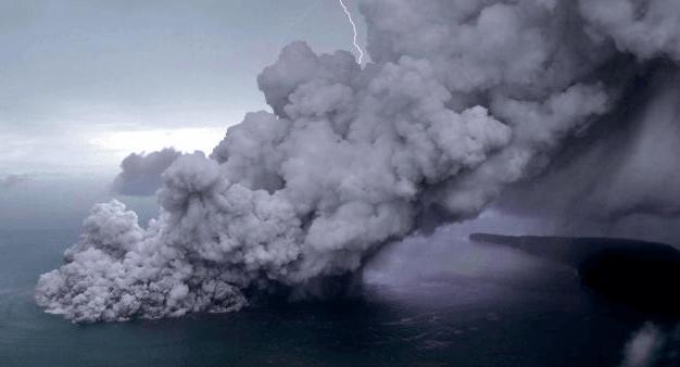 letusan gunung Anak Krakatau di Selat Sunda, Minggu (23/12).