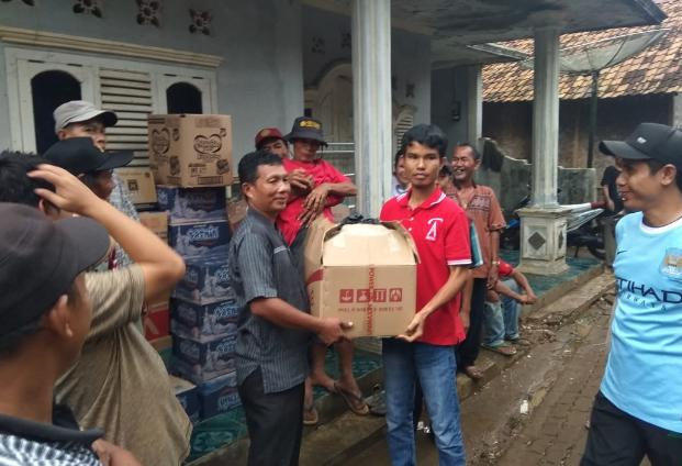 Bantuan yang diserahkan kepada pengungsi.