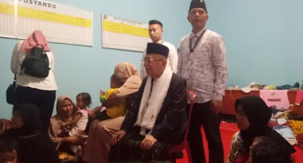 Ma'ruf Amin berkunjung ke Posko Pengungsi di Desa Sukarsari.
