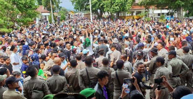 Massa yang berkumpul di area Pendopo Cianjur.