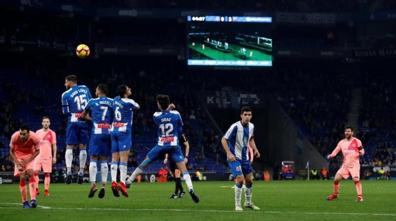 Lionel Messi mencetak dua gol tendangan bebas saat Barcelona mengalahkan Espanyol (REUTERS/Albert Gea)