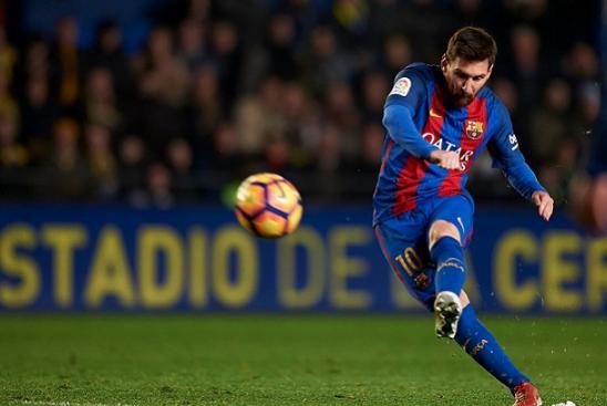 Lionel Messi saat lakukan tendangan bebas.