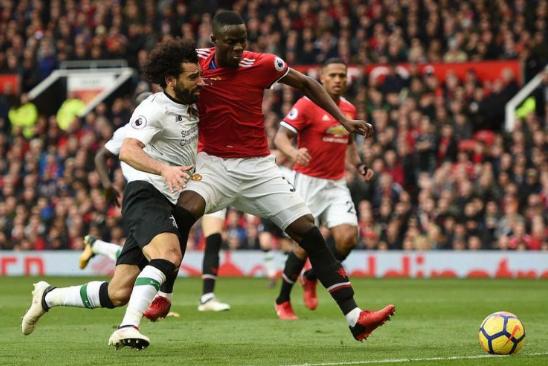 Eric Bailly memberi kawalan ketat kepada Mohamed Salah pada pertandingan Manchester United vs Liverpool.