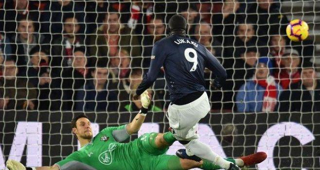 Romelo Lukaku saat jebol gawang Southampton.