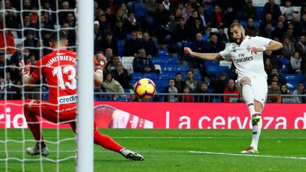 Karim Benzema saat cetak gol ke gawang Rayo Vallecano.