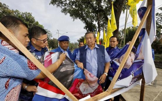 Baliho SBY yang di rusak.