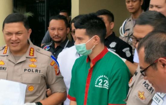 Tersangka kasus kepemilikan narkoba Steve Emmanuel ditangkap jajaran Polres Metro Jakarta Barat.