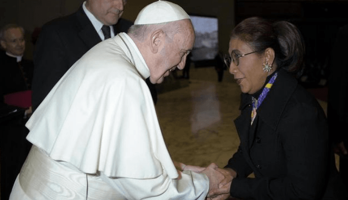 Momen saat Susi Pudjiastuti bersalaman dengan Paus Fransiskus.