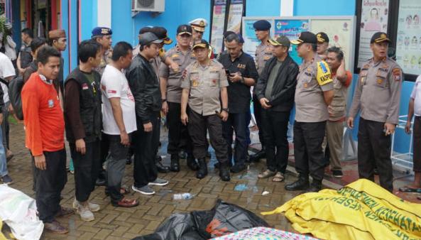 Kapolri Jenderal Tito Karnavian di Puskesmas Carita, Banten.