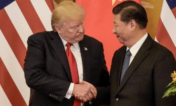 Presiden AS, Donald Trump berjabat tangan dengan Presiden Cina, Xi Jinping.
