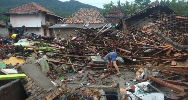Rumah-rumah yang roboh diterjang tsunami di Lampung Selatan.
