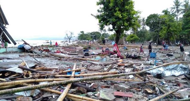 Bangunan rusak akibat tsunami di Selat Sunda.(foto: BNPB)