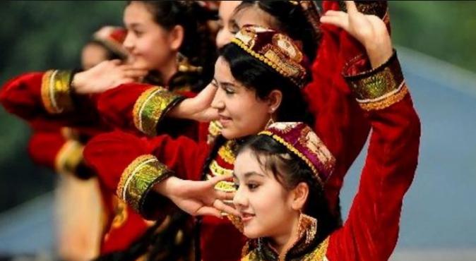 Perempuan suku Uighur.