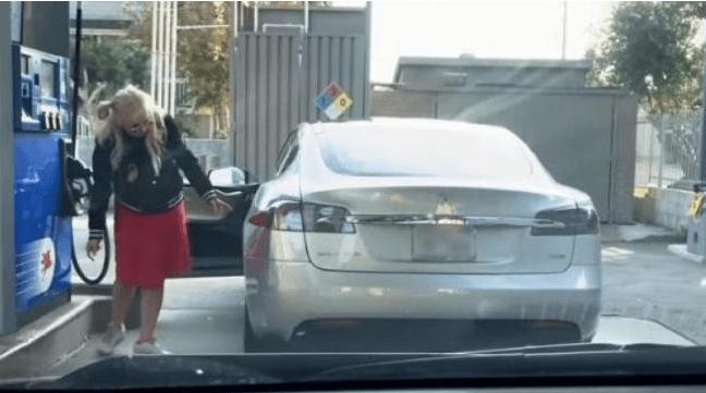 Aksi kocak wanita mencari lubang bensin. (YouTube/Auto Media)