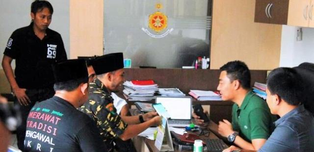 Anggota Biro Infokom Satkorwil Banser Jawa Timur Zulham A Mubarok Saat melaporkan ujaran kebencian KH Sa'adullah Basuni ke Polres Malang.