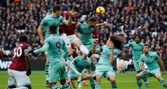 Declan Rise ketika berhasil membobol gawang Arsenal.