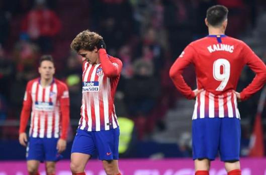 Para pemain Atletico lesu usai pertandingan dan tersingkir.