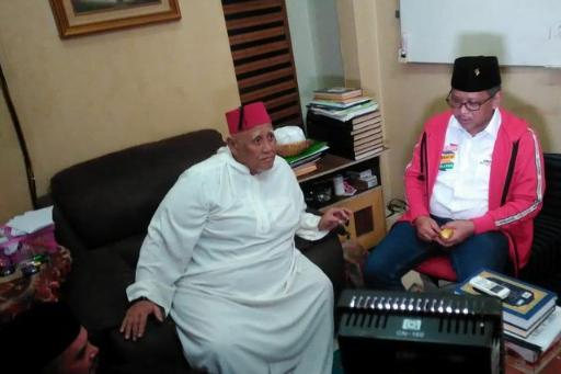 Sekjen PDIP Hasto Kristiyanto menemui KH Abdul Hayyie Na'im.