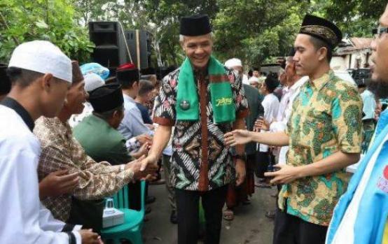 Gubernur Ganjar saat menghadiri pengajian akbar dalam rangka Peringatan Haul ke-31 Almaghfurlah Kiai Haji Abdul Malik, Kecamatan Bandungan, Kabupaten Semarang, Kamis (3/1/2019).