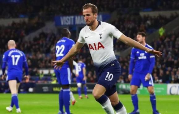 Striker Tottenham Hotspur, Harry Kane rayakan gol ke gawang Cardiff City.