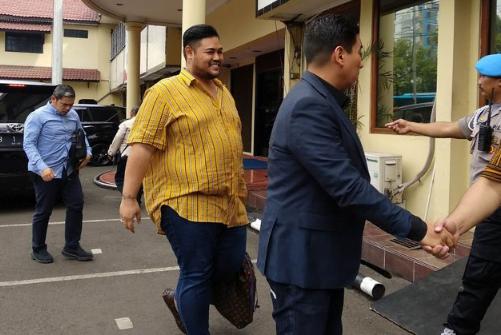 Ivan Gunawan saat tiba di Mapolres Jakarta Barat.