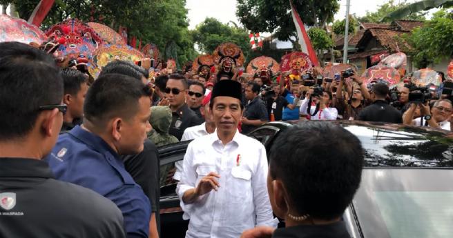 Jokowi saat di cegat Reog dalam kunjungannya ke Ponorogo.
