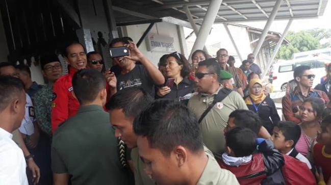 Presiden Jokowi saat berswafoto dengan penumpang di stasiun Rancaekek.