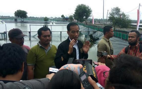 Jokowi saat berikan penjelasan kepada wartawan di Muara Gembong.