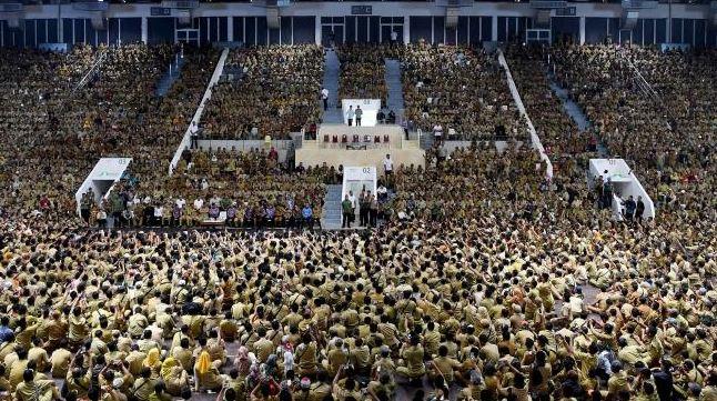 Suasana pertemuan Presiden Joko Widodo dengan ribuan perangkat desa yang tergabung dalam Persatuan Perangkat Desa Indonesia di Istora Senayan, Jakarta, Senin (14/1).
