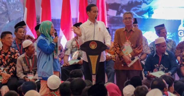Presiden Jokowi saat bagikan sertifikat tanah di Bekasi.
