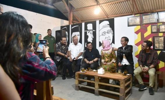 Jokowi saat ngopi bareng generasi milenial di Tulungagung.