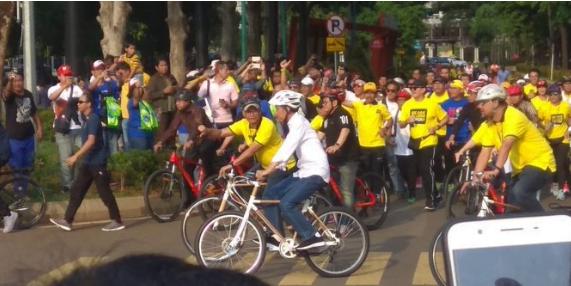 Jokowi saat hadiri deklarai alumni UI dengan naiki sepeda.