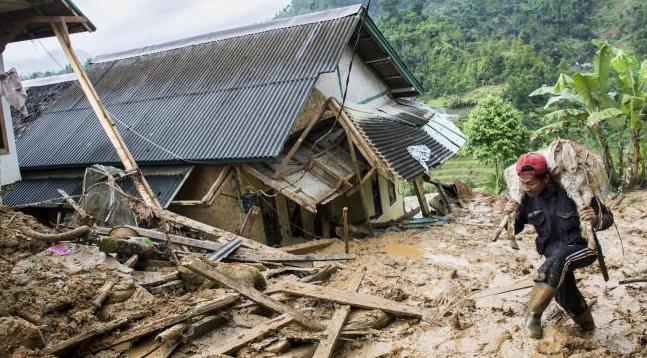 Sejumlah warga mencari sisa harta benda yang masih bisa digunakan pasca bencana tanah longsor di kampung adat Sinarresmi, Cisolok, Kabupaten Sukabumi, Jawa Barat, Selasa (1/1).