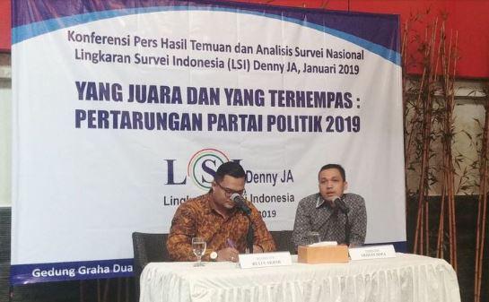 Peneliti LSI Ardian Sopa saat merilis hasil surveinya di Kantor LSI, Jakarta, Selasa (8/1/2019).