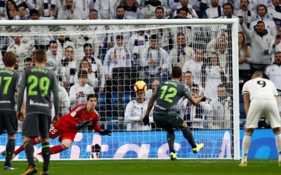 Kiper Real Madrid saat mencoba menyelamatkan gawangnya.