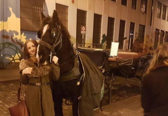 Mercedes bekerja sebagai pembersih penis kuda. Foto: Dok. Facebbok