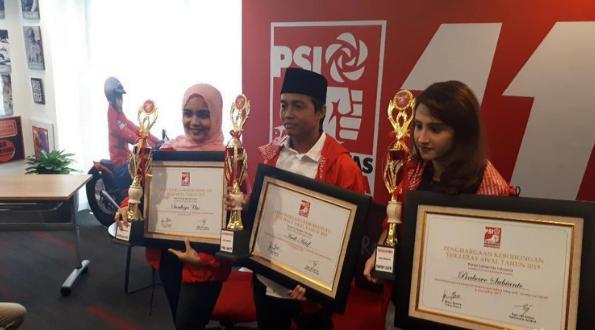 Piala Kebohongan Award yang di berikan PSI.