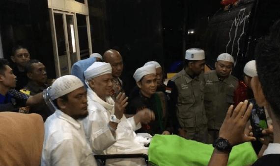Usatad Arifin Ilham saat akan di bawa ke Malaysia.
