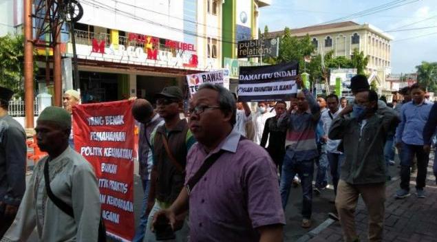 """Ratusan orang dari Aliansi Masyarakat Surakarta Cinta Damai melakukan """"longmarch"""" atau berjalan dari Lapangan Kota Barat Surakarta hingga Kantor Bawaslu."""