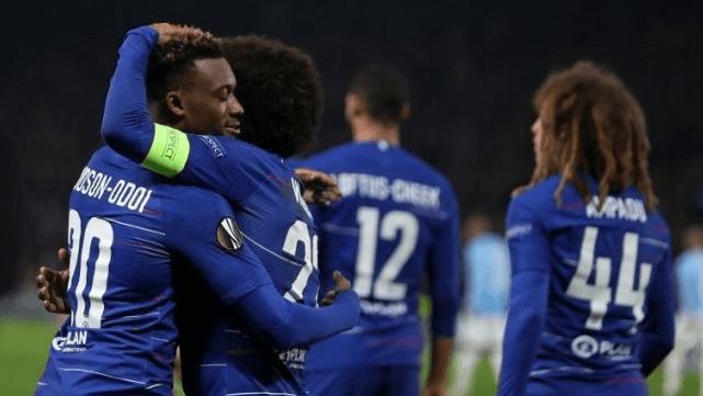Gelandang Chelsea Callum Hudson-Odoi (kiri) merayakan golnya ke gawang Malmo dengan Willian di Liga Europa di Stamford Bridge.