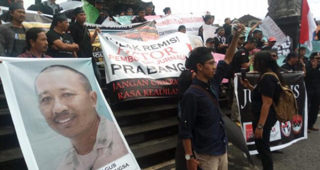 Aksi demo menuntut pencabutan remisi yang diberikan kepada wartawan Radar Bali (foto:Istimewa).