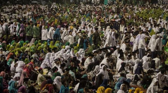 Puluhan ribu orang dari berbagai daerah hadir mengikuti acara Haul Gus Dur atau KH Abdurrahman Wahid yang ke-9 di Stadion Sriwedari Solo, Jawa Tengah, Sabtu malam (23/2/2019).