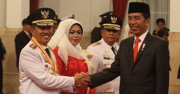 Presiden Jokowi berikan selamat kepada Gubernur Riau, Syamsuar.