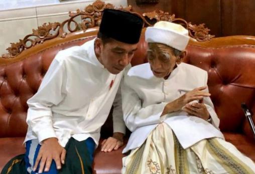 Presiden Jokowi dan Mbah Moen.