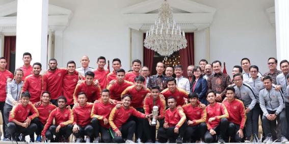 Jokowi saat terima terima Timnas U-22 di Istana negara.