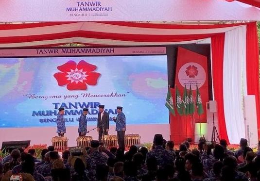 Presiden Jokowi didampingi Ketum Haedar Nashir, Gubernur Bengkulu, dan ketua panitia dalam pembukaan Tanwir Muhammadiyah.