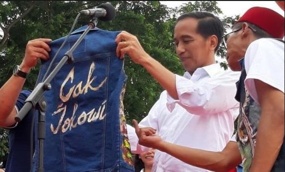 Jokowi saat diberi jaket bertulisan 'Cak Jokowi'.